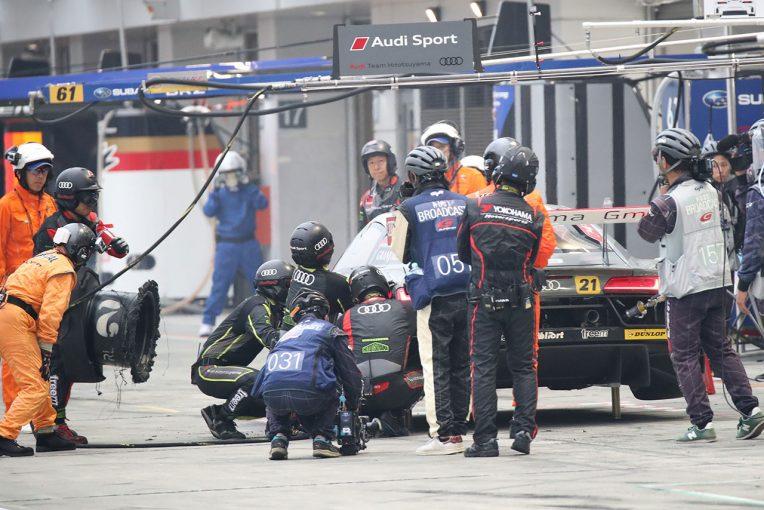 159周目、6番手に上がった直後に左リヤタイヤがパンクしたHitotsuyama Audi R8 LMS