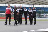 同じ8号車トヨタTS050ハイブリッドをドライブする面々とコースを確認するフェルナンド・アロンソ