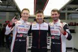 2018/19年シーズン初のポールポジションを獲得したマイク・コンウェイ(左)、小林可夢偉(中央)、ホセ-マリア・ロペス(右)
