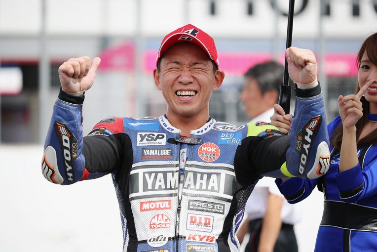 MotoGP   怪我の影響を跳ね除けヤマハ中須賀が三つ巴のバトルを制し優勝/全日本ロード第6戦もてぎ