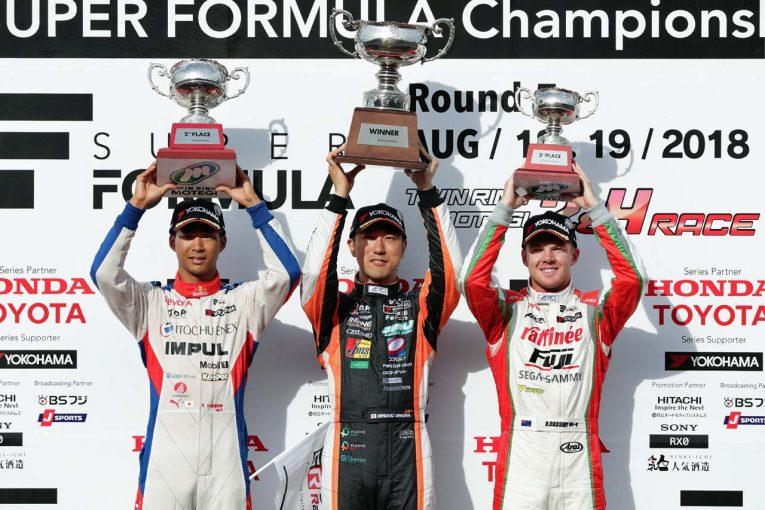優勝した石浦宏明(中央)、2位の平川亮(左)、3位となったニック・キャシディ(右)