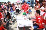 KONDO RACINGのピットではニック・キャシディと山下健太の誕生日を祝っていた