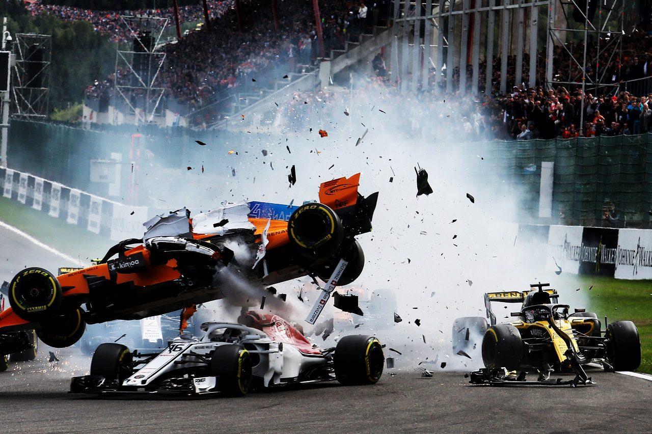 2018年F1第13戦ベルギーGP決勝 ヒュルケンベルグがアロンソに追突、多重クラッシュに