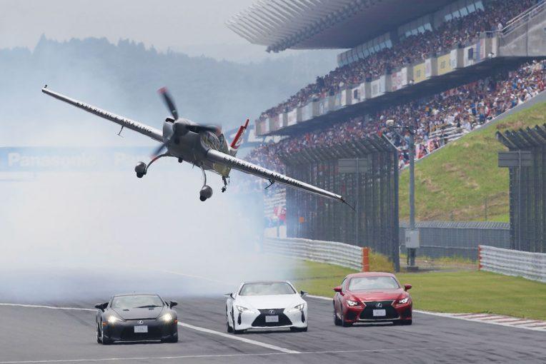 スーパーGT | 【動画】空飛ぶ機体からの映像も。スーパーGT第5戦富士で行われた室屋義秀デモフライト
