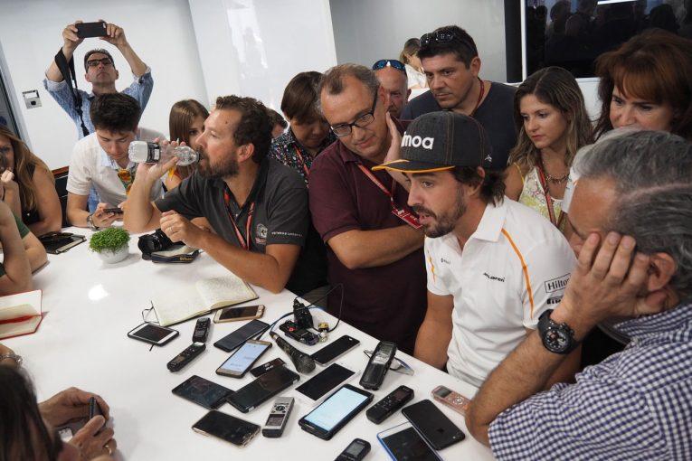 F1 | 【アロンソ密着F1コラム】F1引退発表後、すっかり吹っ切れてイケイケのアロンソ