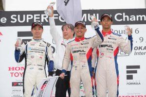 ポール・トゥ・ウインで今季初勝利を挙げた関口雄飛、2位小林可夢偉、3位となった平川亮