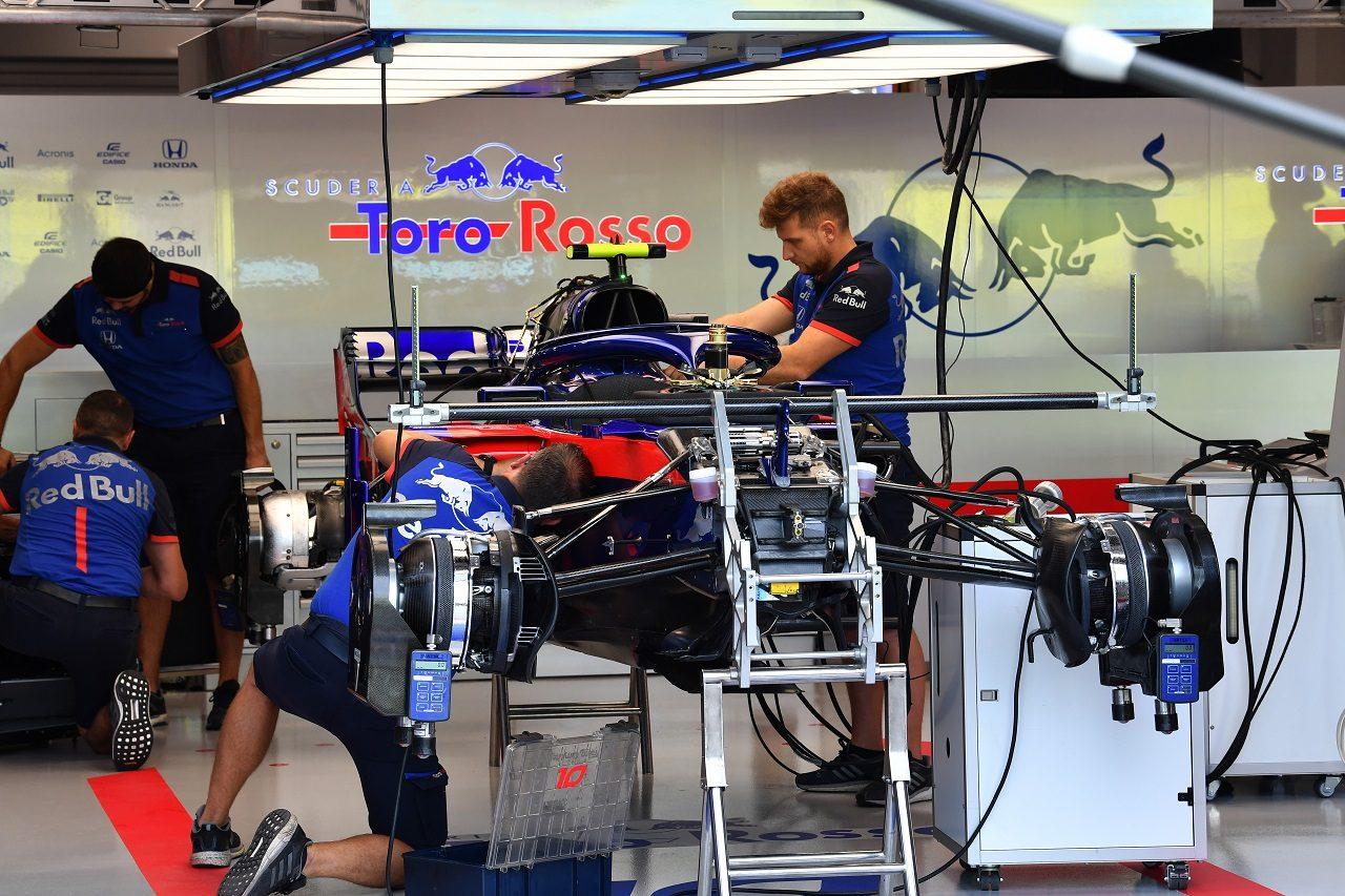 2018年F1シンガポールGP木曜 ピエール・ガスリー(トロロッソ・ホンダ)のマシンの準備を行うメカニックたち