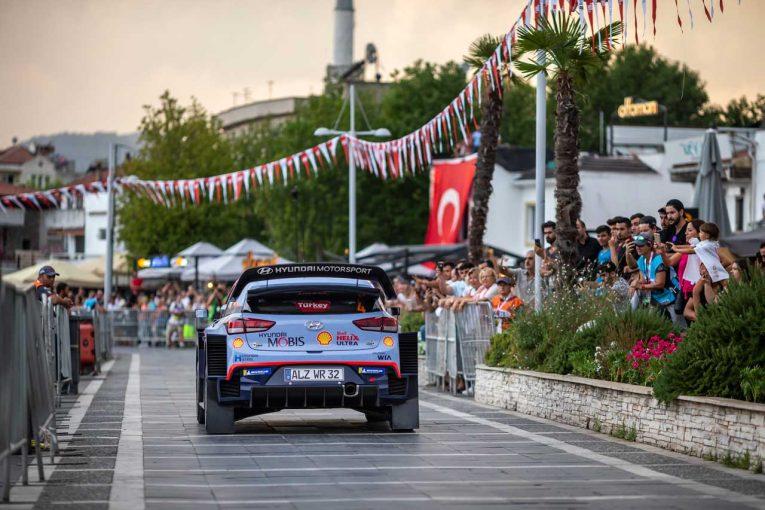 ラリー/WRC | WRCトルコ:市街地コースのSS1でミケルセンが首位発進。トヨタのタナクは3番手