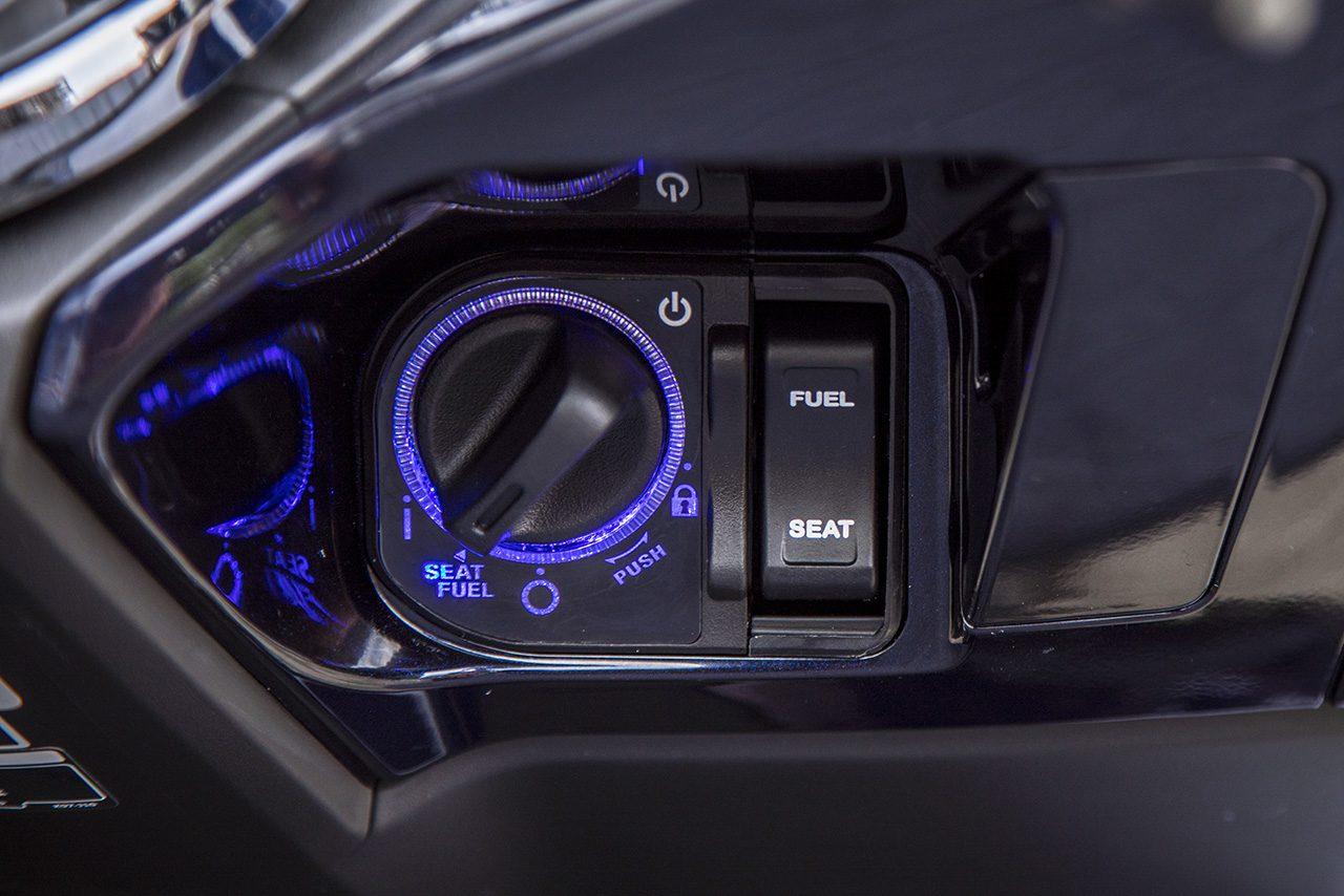 新型PCXはスマートキーを身に着けていれば簡単にエンジンを始動できる。