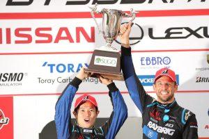 優勝したRAYBRIG NSX-GTの山本尚貴とジェンソン・バトン