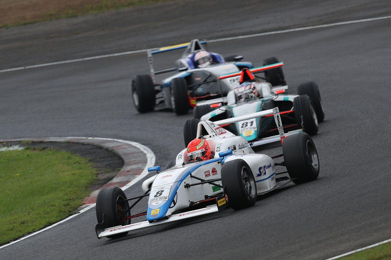 FIA-F4 SUGO:10番手発進の佐藤蓮がオーバーテイク劇演じるもペナルティ。名取と角田が勝利分け合う