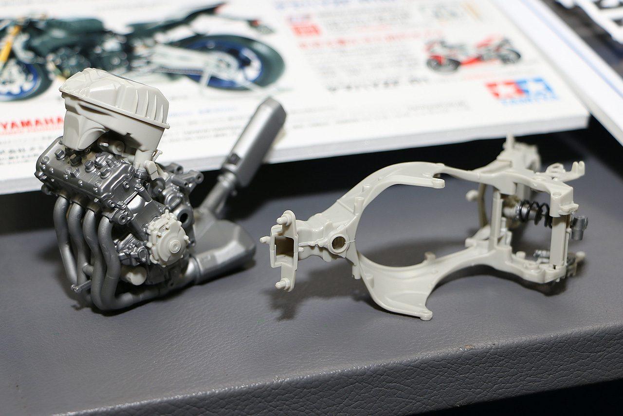 YZF-R1のクロスプレーンエンジンやフレームも忠実に再現