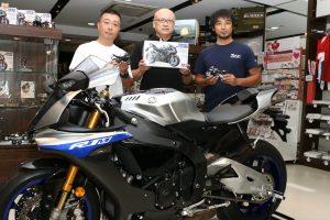 左からYZF-R1開発責任者の平野啓典氏、タミヤの荒木茂樹氏、8代目YZF-R1デザイナーの坂田功氏