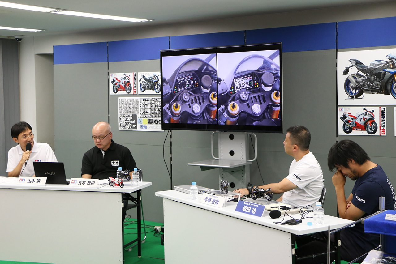 2種類のメーターパネルステッカーのひとつには2015年の鈴鹿8耐でポル・エスパルガロが予選で記録したタイムを印刷している。