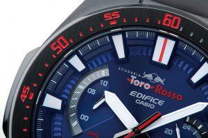 ベゼルの8~12時位置にはスピードメーターの限界値域を示すRED ZONEのイメージをデザインした。