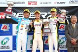 プロフェッショナルシリーズの表彰台。菅波は脇阪寿一、服部尚貴の大ベテランを抑えての勝利となった