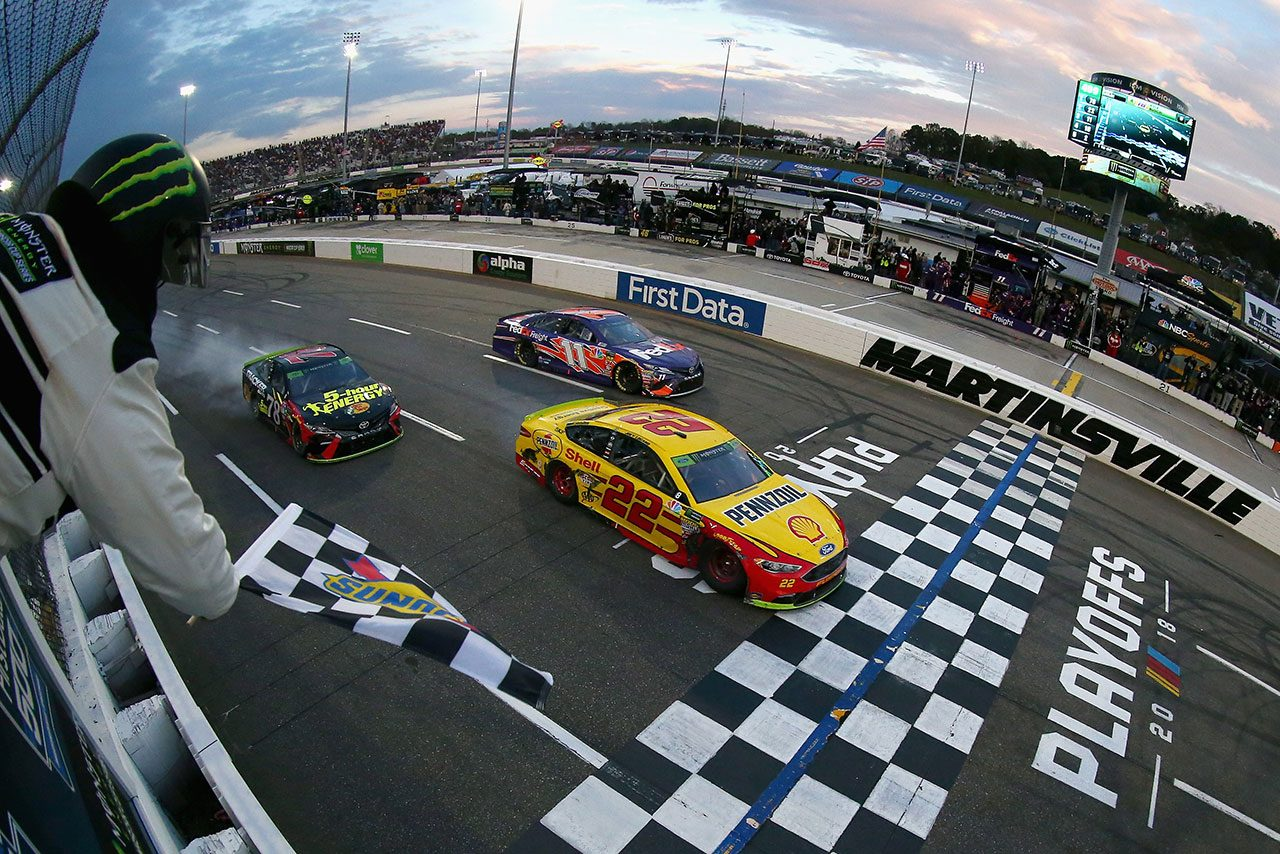 NASCAR第33戦:最終周にトヨタを押しのけロガーノ優勝。チェッカー後は歓声とブーイング飛び交う