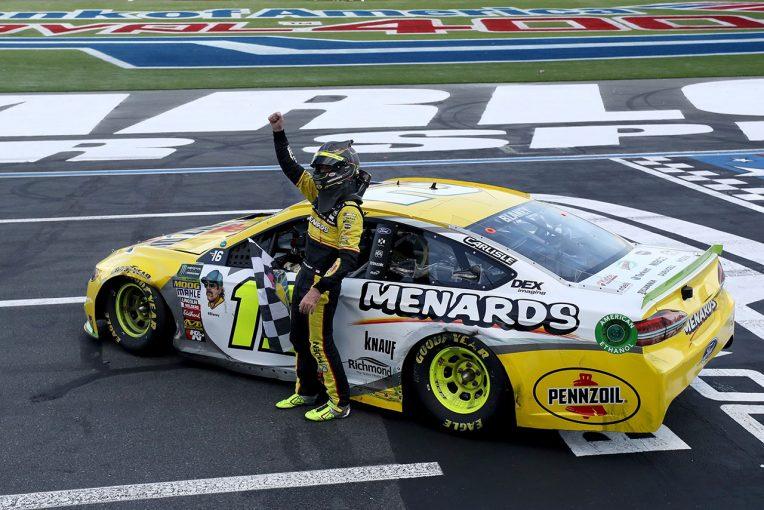 最終周の最終コーナーで逆転したライアン・ブレイニー(フォード・フュージョン)
