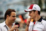 F1モナコGPでシャルル・ルクレールにインタビューするフェリペ・マッサ