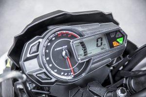 指針式タコメーターと液晶表示のデジタル式スピードメーターのコンビ式。液晶ディスプレイにはギヤポジションインジケーターや、時計、燃料計、オドやトリップが表示される。