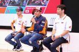 レプソル・ホンダ・チームのマルケス、ペドロサ、HRCの桒田哲宏レース運営室室長