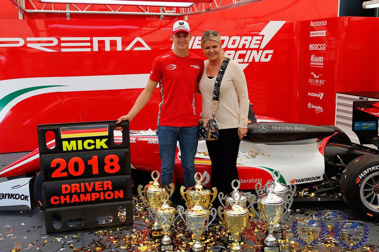 2018年ヨーロピアンF3選手権でタイトルを獲得したミック・シューマッハーと母親のコリーナ