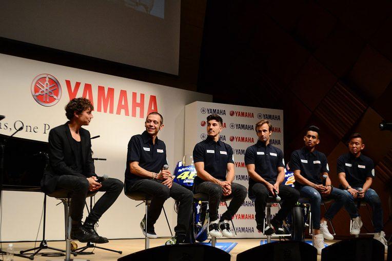 MotoGP | ロッシらMotoGPライダーが登場のヤマハ・ヤマハ発動機合同イベント開催。ザルコが驚きのピアノの腕前を披露