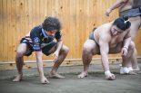 相撲を学ぶフランコ・モルビデリ