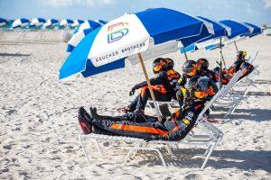 スーツとヘルメットを着けたままビーチのバカンスを満喫