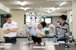 """「オイルは調味料」。中嶋一貴と小林可夢偉がMobile1の工場で""""オトナの社会科見学"""""""