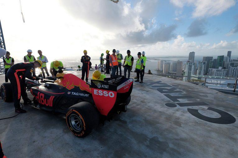 F1 | 【動画】デビッド・クルサードが魅せた、高層ビルの屋上でドーナツターン