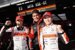 GT500ポールポジションを獲得したARTA NSX-GTの伊沢拓也(左)と野尻智紀(右)チームの指揮を執る鈴木亜久里監督
