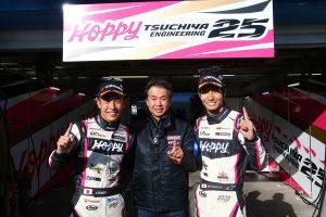 GT300ポールポジションを獲得したHOPPY 86 MCの坪井翔(左)と松井孝允(右)、土屋武士監督(中央)