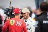 2018年F1第18戦アメリカGP 2番手セバスチャン・ベッテル(フェラーリ)とポールポジションのルイス・ハミルトン(メルセデス)