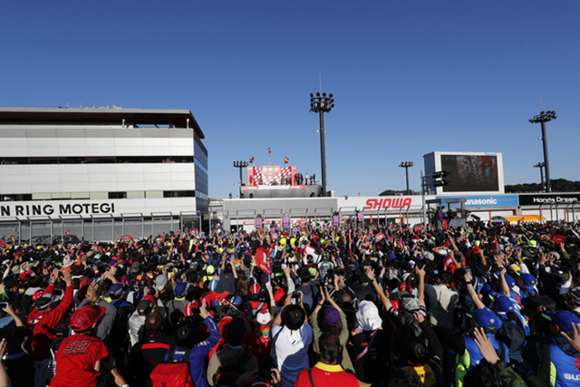 MotoGPクラスの表彰式では多くのファンがホームストレートに集まった