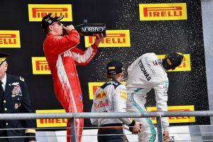 2018年F1第18戦アメリカGP シャンパンをラッパ飲みするキミ・ライコネン