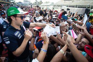 2018年F1第19戦メキシコGP 多くのファンから声援を受けるセルジオ・ペレス