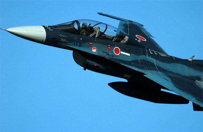 スーパーGT | スーパーGT:最終戦決勝レース前に航空自衛隊所属の『F-2B 戦闘機』が歓迎フライトを実施