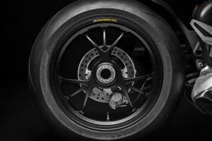 片持ちスイングアームのリヤ回り。タイヤは標準でピレリのディアブロ・スーパーコルサSPを履く