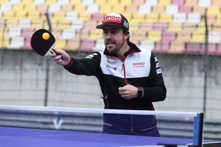 上海国際サーキットのホームストレート上で卓球に興じるフェルナンド・アロンソ