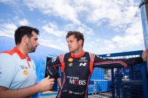 ステージ走行中にトラクターとニアミスしたアンドレアス・ミケルセン(ヒュンダイi20クーペWRC)