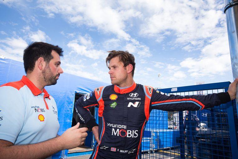 ラリー/WRC | WRC:ヒュンダイのミケルセンがSS走行中にトラクターとニアミス。衝突回避も「重要な1戦が台無しに」