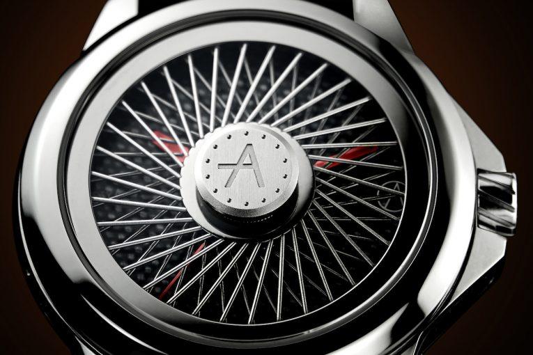 インフォメーション | 『アーティア』からフェラーリ250GTOインスパイアの腕時計。盤面を覆うワイヤーホイールが特徴