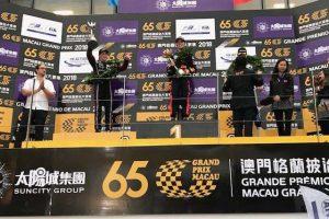 2位表彰台を獲得したGOLDEX Racing Teamのジョエル・エリクソン(左)