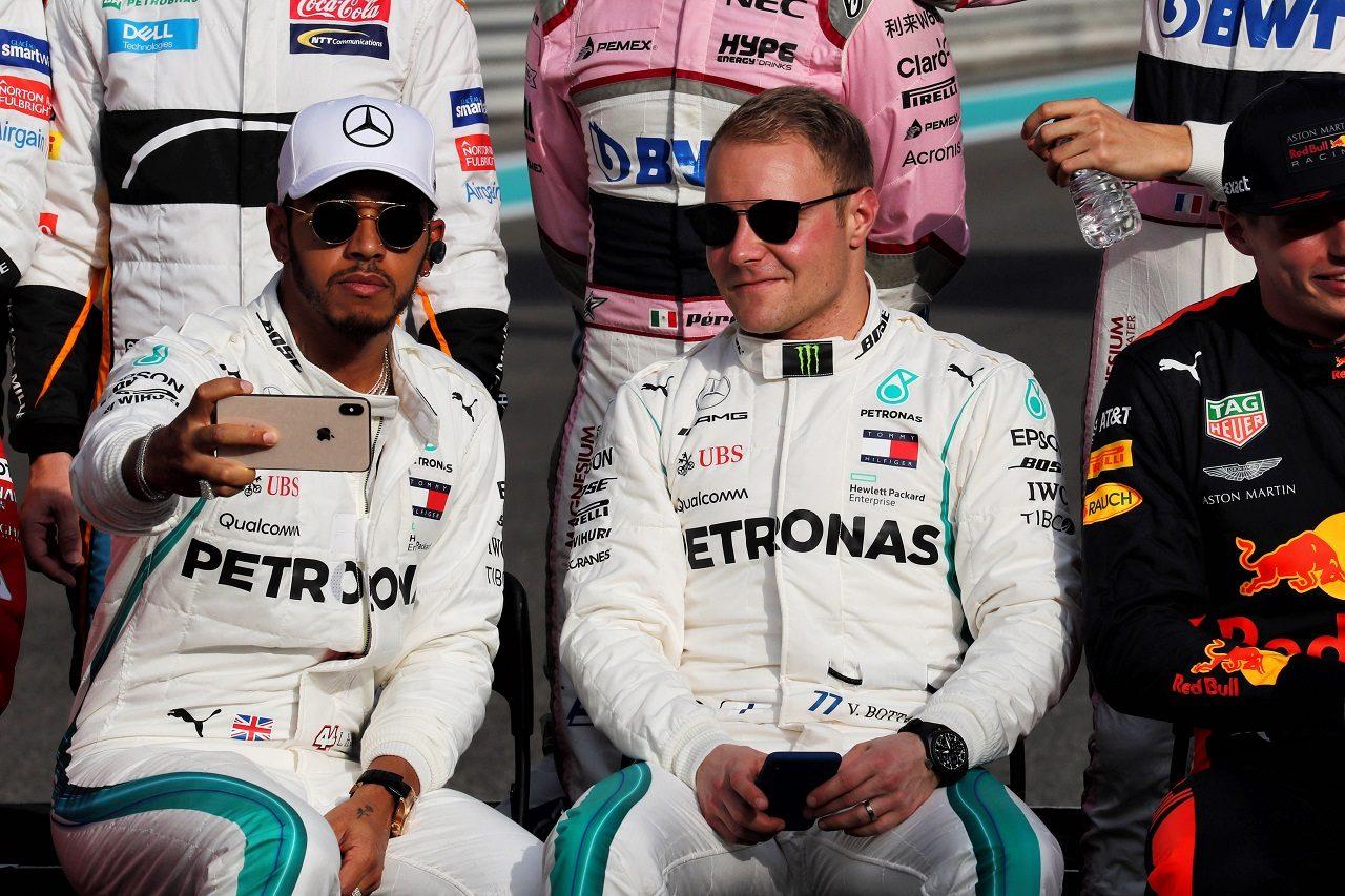 2018年F1第21戦アブダビGP ドライバー集合写真の撮影会でのルイス・ハミルトンとバルテリ・ボッタス(メルセデス)