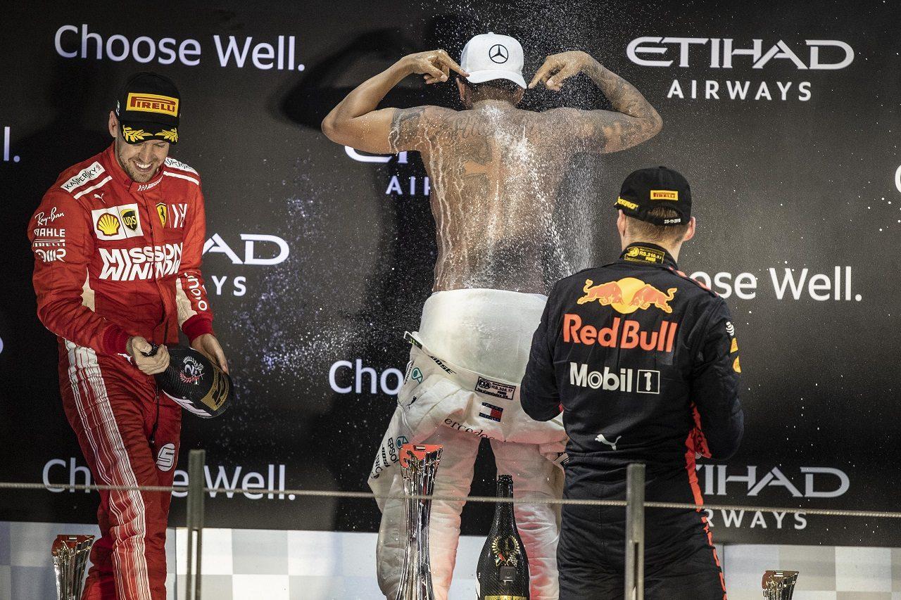 2018年F1第21戦アブダビGP 表彰台上で背中の文字を指さすルイス・ハミルトン(メルセデス)