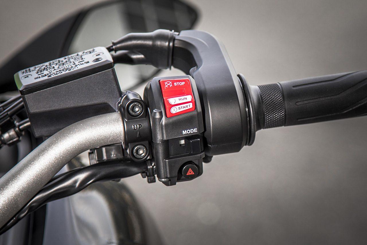 右ハンドルのスイッチ。エンジンキルとスタータースイッチ、ハザードボタン、モード切替スイッチが備わっている