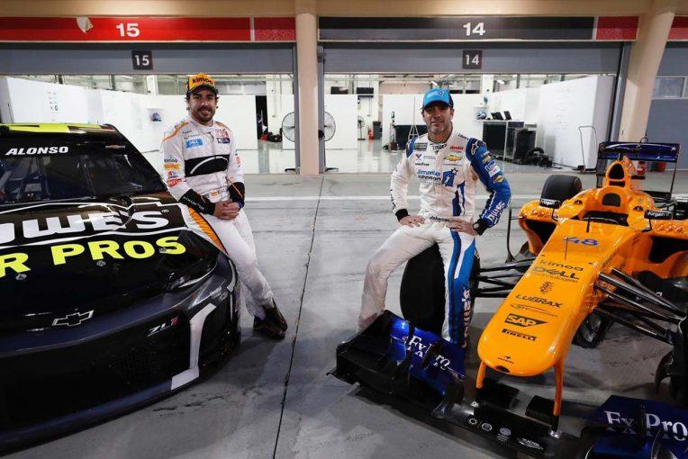 F1   SNS特集:F1王者のフェルナンド・アロンソと、NASCAR王者のジミー・ジョンソンがマシンを交換