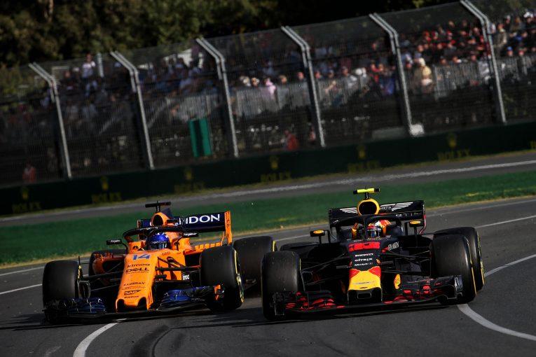 F1   フェルスタッペン、「本気のバトルができなくて残念」とF1を去るアロンソとの別れを惜しむ