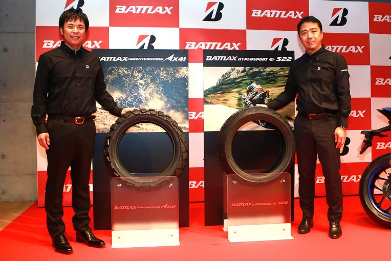 都内で行われた2輪車用タイヤブランドBATTLAXの新モデル発表会の様子